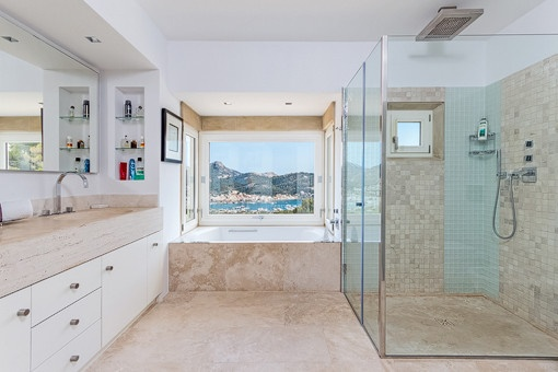Baño con ducha, bañera y vistas al mar