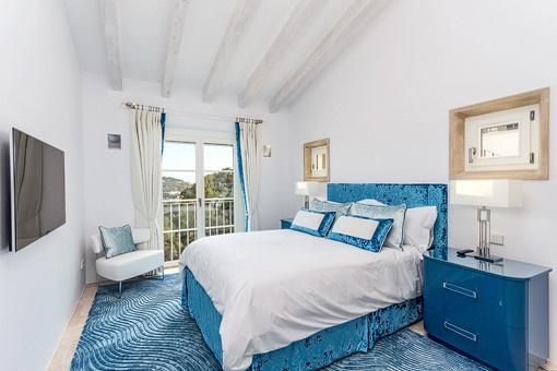 Dormitorio noble con ventanas panorámicas