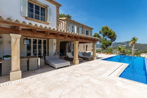 Vistas a la terraza cubierta desde la piscina