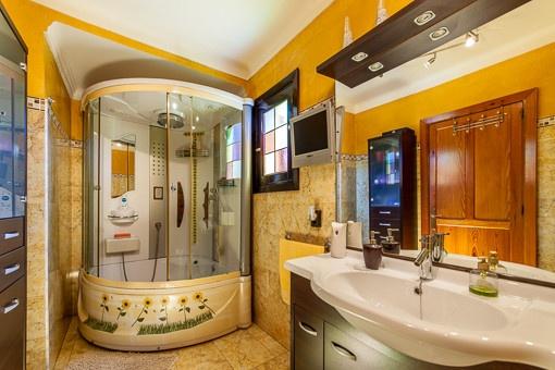 Baño con luz natural y ducha