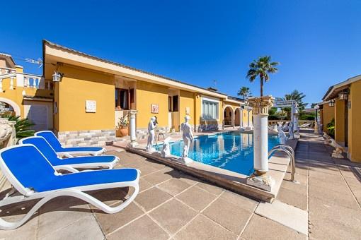 La piscina está rodeada de una terraza