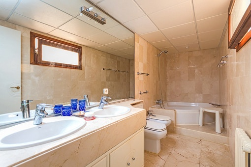 Baño con bañera con ducha