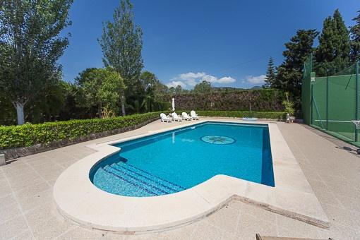 Piscina soleada con terrazas