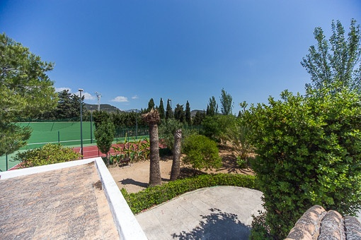 Vistas desde la terraza a la pista de tenis