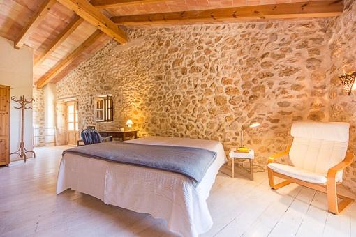Encantador dormitorio principal con elementos mediterráneos
