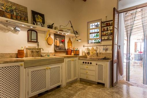 Cocina rústica con acceso a la terraza