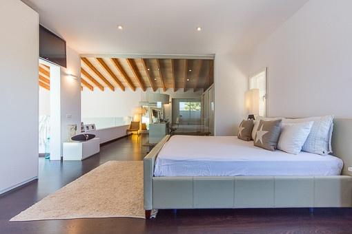 Dormitorio con vistas a la oficina