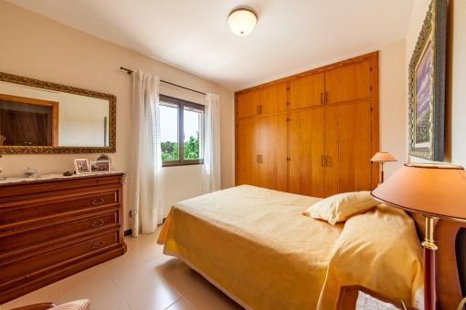 Luminoso dormitorio principal con armario empotrado