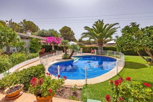 Jardín muy cuidado con piscina