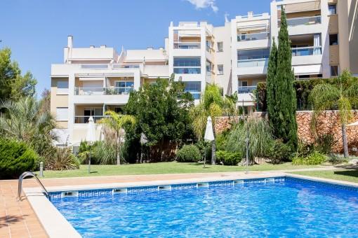 Estupendo tico con piscina sol rium y vistas al mar en for Piscina la salle bonanova