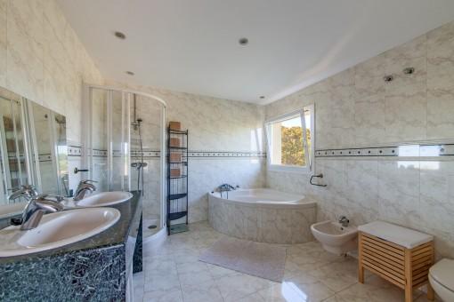 Baño con bañera y luz natural