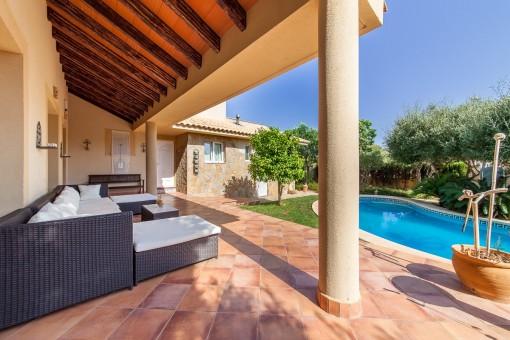 Terraza soleada con vistas a la piscina
