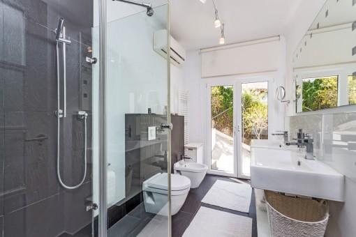 Baño de invitados con ventana grande