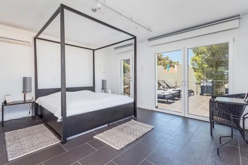 Dormitorio moderno con acceso a la terraza