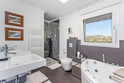 Bonito baño principal con ducha y bañera