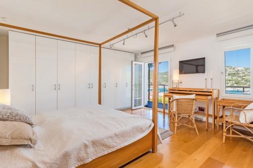 Espacioso dormitorio principal con gran armario