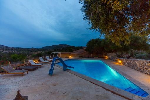 Vistas a la piscina durante de la noche