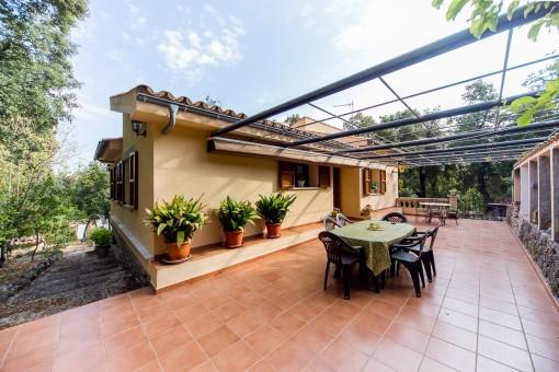 Amplia terraza con zona de estar y vistas al paisaje