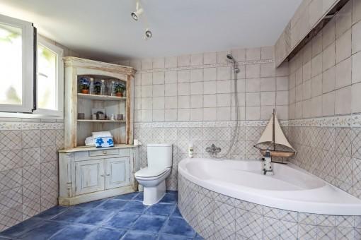 Amplio baño del estudio