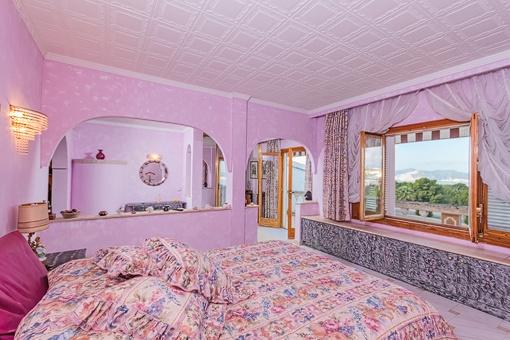 Dormitorio con vistas a los alrededores