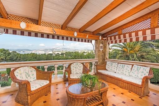 Área de estar agradable al balcón