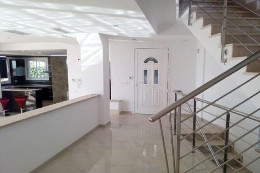 Área de entrada con escalera