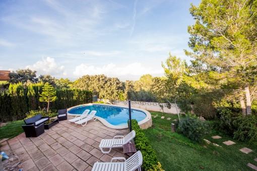 Jardín idílico con piscina