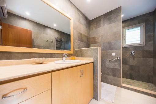 Baño con ducha y luz natural