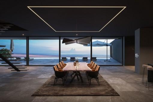 Moderno comedor con ventanas panorámicas