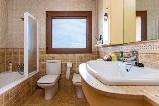 Baño con bañera y ventana