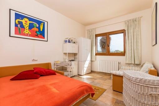 Acogedor dormitorio con sofa