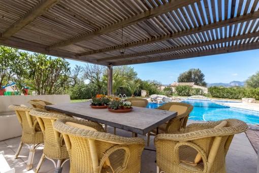 Comedor en la terrazas con vistas a la piscina