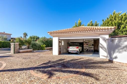 Entrada ancha con garaje para dos coches