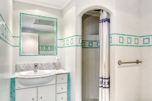 Bonito baño con ducha