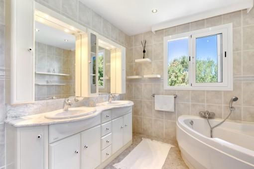 Bonito baño principal con bañera