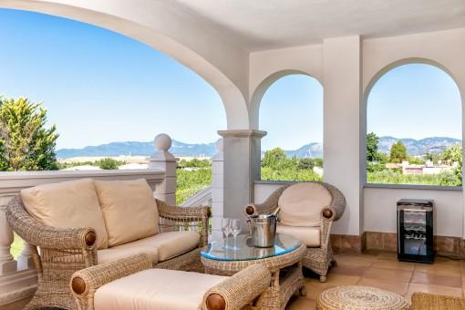 Idílica zona de estar en la terraza con fantásticas vistas