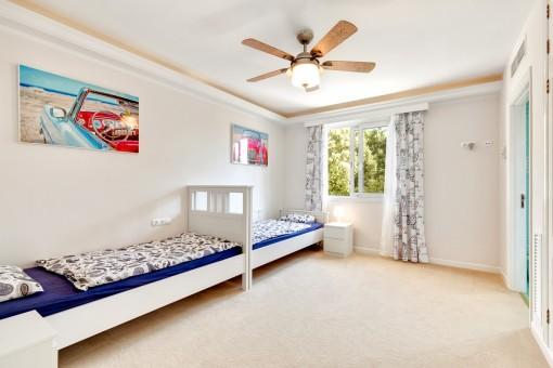 Dormitorio con dos camas singulares