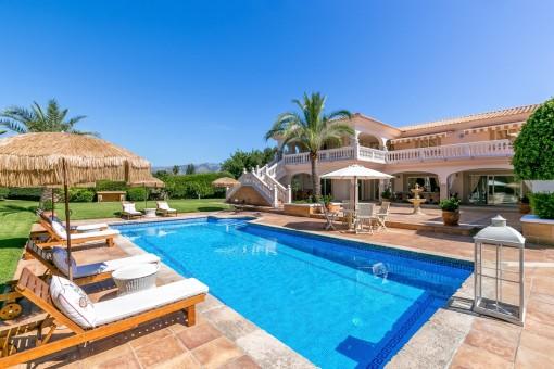 Piscina soleada rodeada de terrazas