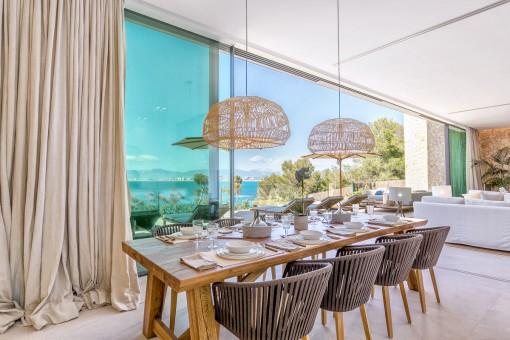 Comedor maravilloso con vistas al mar