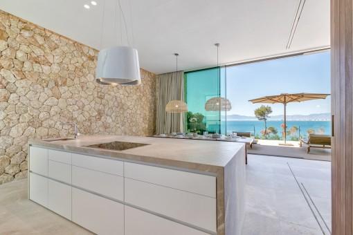 Cocina de alta calidad con isla central y vistas al mar