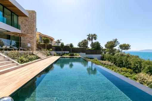 Vista alternativa de la piscina estupenda