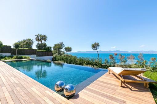 Preciosas vistas al mar desde la piscina