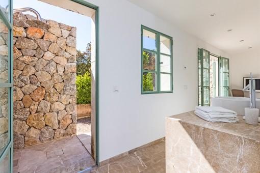 Baño con accesso al jardín