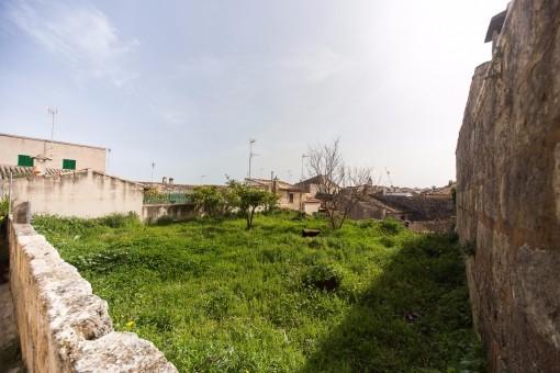 Jardín está rodeada con una muralla