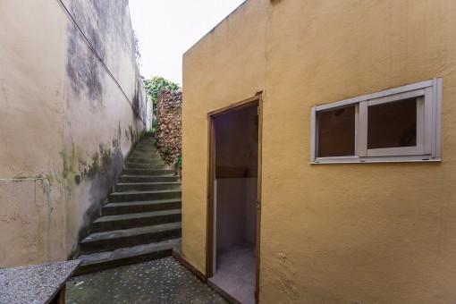 Escalera sube al jardín