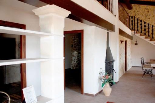 Salón en la planta baja con chimenea