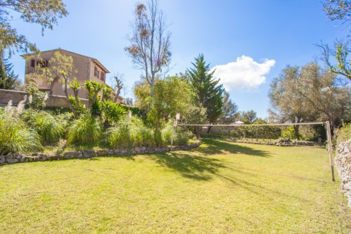 Amplio jardín con campo de volez