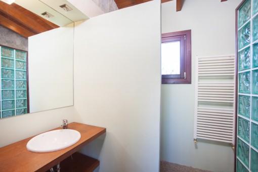 Uno de dos baños con ducha