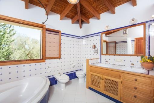 Baño mediterráneo con bañera