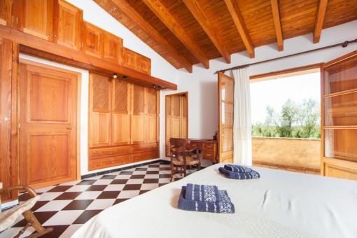 Dormitorio con acceso a la terraza y armario empotrado